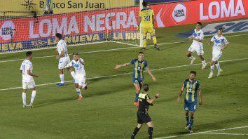 Thiago Almada ya marcó el segundo de Vélez y las protestas de Martínez y Laso son inútiles. Central perdió en San Juan.