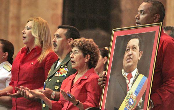 Un grupo de funcionarios venezolanos asiste a una misa por la salud de Chávez en La Habana.