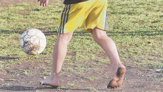 Es adolescente, le apasiona jugar al fútbol y necesita una familia que lo adopte