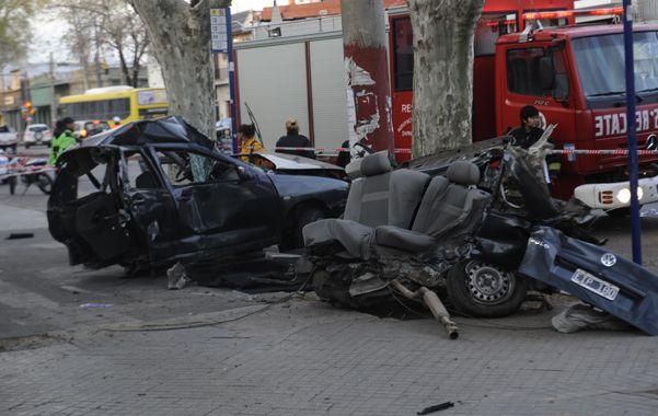 Así quedó el Volskwagen Polo luego de estrellarse contra una columna de hormigón en la avenida San Martín al 4900.