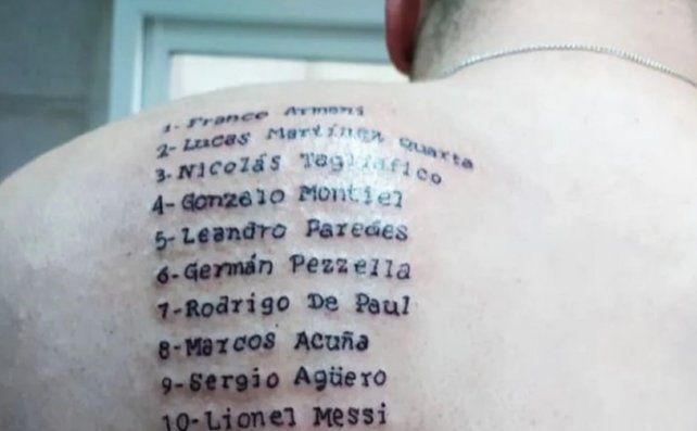 Marcos Armando se tatuó los nombres del plantel de la selección argentina en la espalda.