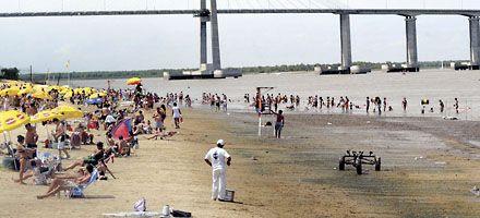 Advertencia a bañistas por el descenso del río