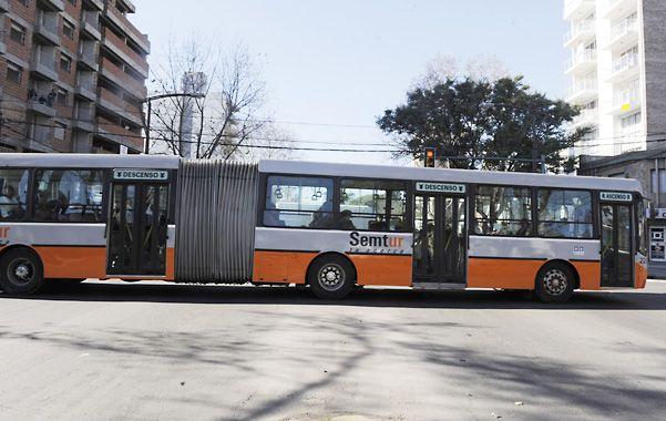 Por la ciudad. Las dos primeras nuevas unidades con fueye ya circulan por Rosario. El lunes se sumarán dos más.