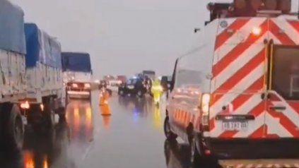 Un muerto al chocar un auto y dos camiones en la autopista Rosario-Buenos Aires