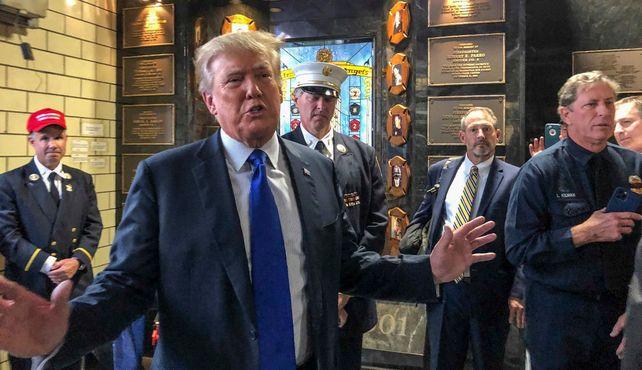 El ex presidente norteamericano este sábado al visitar la central de bomberos de Nueva York.