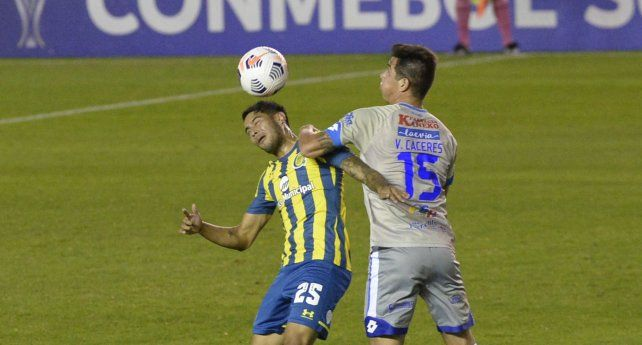 Ojeda rechaza de cabeza ante un rival.