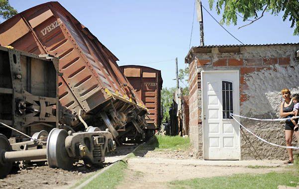Ahí nomás. El accidente del jueves mostró una vez más que las casas están pegadas a las vías. (Foto: F. Guillén)