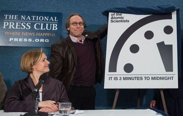 """señal de peligro. El doctor en física Lawrence Krauss destapa el """"Reloj del Juicio Final"""" en la conferencia de ayer."""