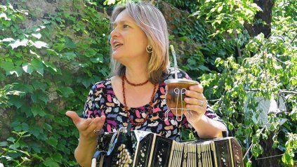 Susana Ratcliff grabó junto a una orquesta el Himno Nacional en el marco del 8M