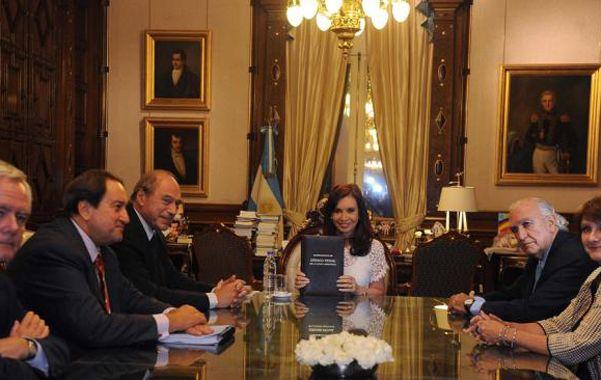 Mesa plural. La comisión redactora del anteproyecto cuando se lo entregaron a Cristina en la Casa Rosada.