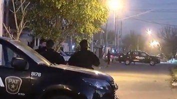 Dos hombres de 32 y 48 años cayeron bajo las balas de los ocupantes de un auto que les dispararon cuando estaban junto al paredón del cementerio de Baigorria.