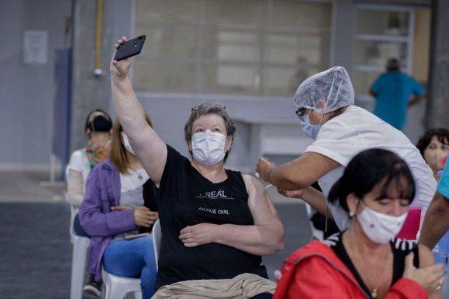 Una mujer se saca una selfie mientras es vacunada en la provincia de Buenos Aires.