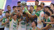 Defensa, con exjugadores de Unión y Colón, campeón de la Sudamericana
