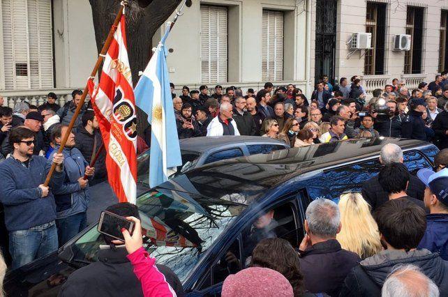 Una multitud se agolpó para despedir los restos de José Luis Brown.