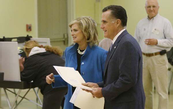 El candidato republicano llegó a votar acompañado por su esposa. (Foto: AP)