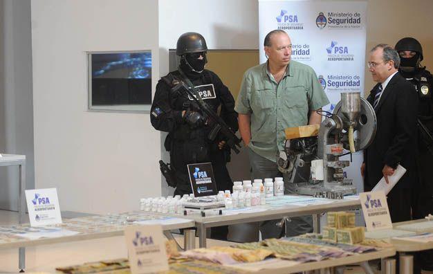Sergio Berni. El secretario de Seguridad exhibe la droga hallada.