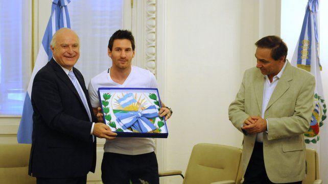 El 30 de diciembre de 2011 el senador Lifschitz y el presidente del Concejo Miguel Zamarini participan de un reconocimiento al futbolista Lio Messi.