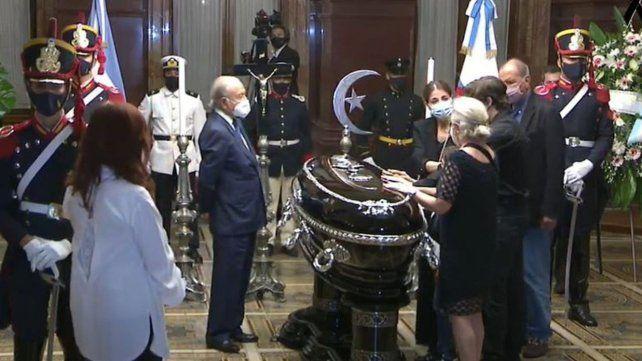 La vicepresidenta Cristina Kirchner acompañó a los familiares del ex mandatario en el inicio del velatorio. Allí estaban la hija del ex presidente