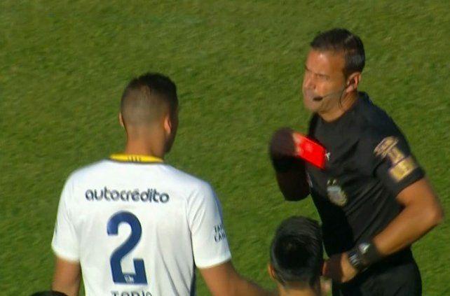 Expulsado. Tobio recibió en Córdoba la roja más rápida de la historia canalla.