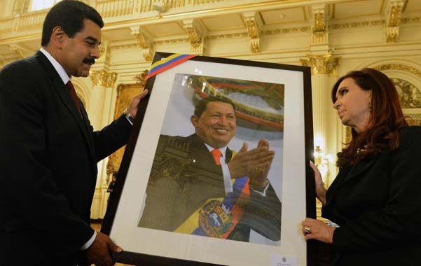 Amigo venezolano. Cristina Fernández recibió un retrato de su admirado Hugo Chávez por parte de Nicolás Maduro.