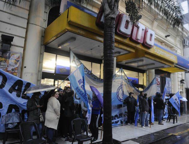 Coto decidió la suspensión de 200 trabajadores y el gremio mercantil manifestó su rechazo.