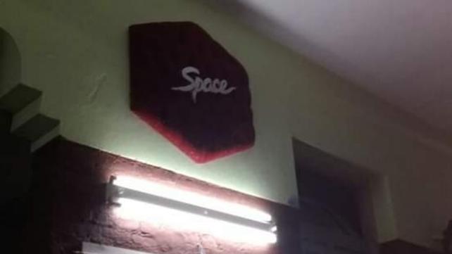 Un cartel de pana que se ubicaba sobre una de las barras también está en el salón de fiestas infantiles.