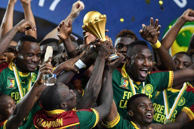 El festejo de los jugadores de Camerún