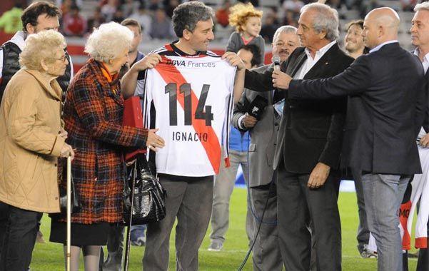 Nieto 114. Ignacio junto a su abuela y el presidente de River en el Monumental.