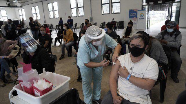 La vacunación avanza a buen ritmo en los galpones de la ex Rural.