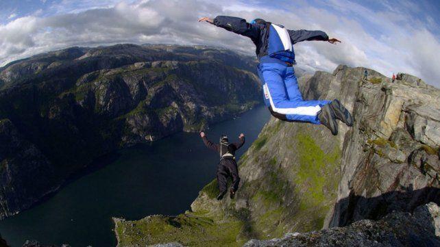 El accidente sucedió mientras tomaba imágenes del salto en una montaña de Italia.