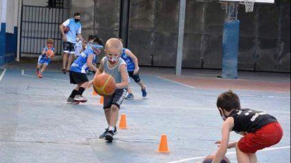 Entrenamiento de básquet infantil del Club Atlético Libertad de Felipe Moré 1150, donde se borrró un 30 % de socios en la pandemia.