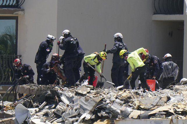 Rescatistas retiran escombro a pala y con sumo cuidado. El trabajo por hacer es inmenso y debe llevarse a cabo casi todo manualmente.