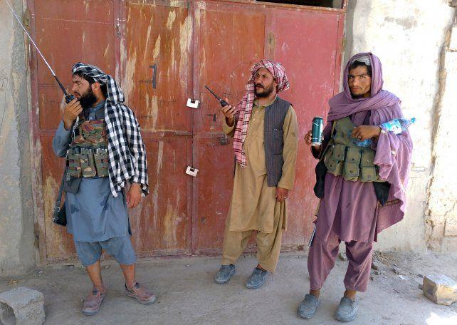 Milicianos talibanes patrullan la ciudad de Farah