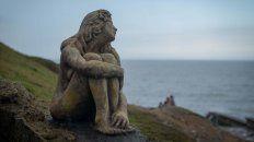 La estatua de una mujer mirando al mar apareció hace algunos días en Playa Chica.