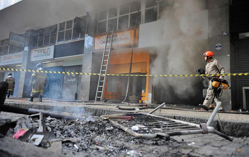 Devastación. Bomberos terminan de apagar el fuego en negocios saqueados e incendiados por los violentos.