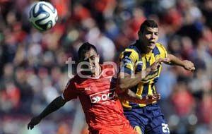 Acevedo intenta dominar la pelota ante la presencia del Rolfi Montenegro. (Foto: Télam)