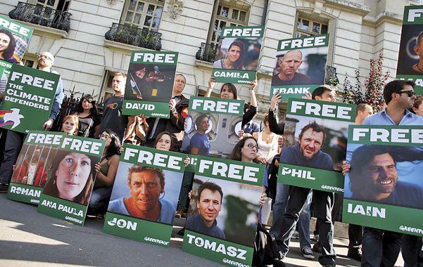 Reacción. Adherentes de Greenpeace frente a la embajada rusa en París pidieron la libertad de los activistas.