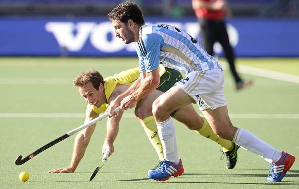 Esfuerzo. Manuel Brunet se lleva la bocha pese a que el australiano Liam de Young se exige para marcarlo.