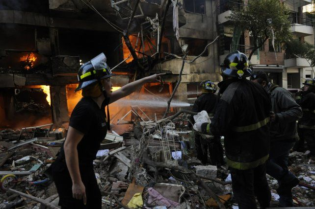 Los bomberos y rescatistas trabajaron a destajo durante largas jornadas.