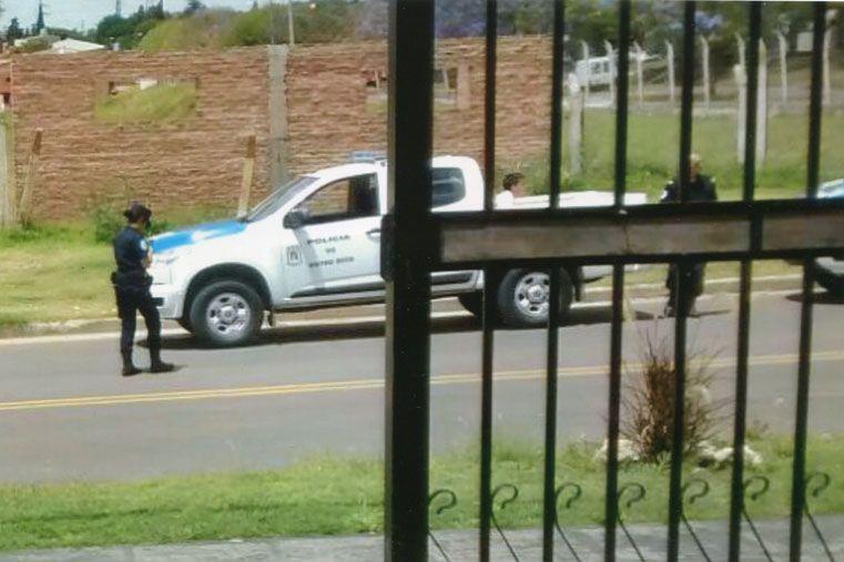 Registrado. Las fotos enviadas por un lector evidencian un momento de la detención del adolescente en la caja de la camioneta y luego en el asiento trasero.