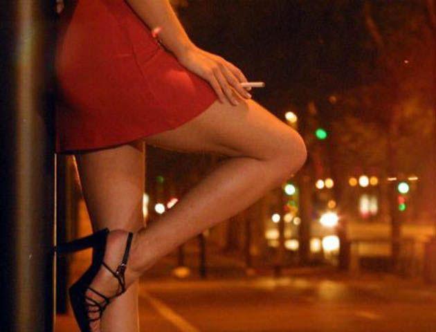 Contrató los servicios de una prostituta y resultó que era la novia de su hijo