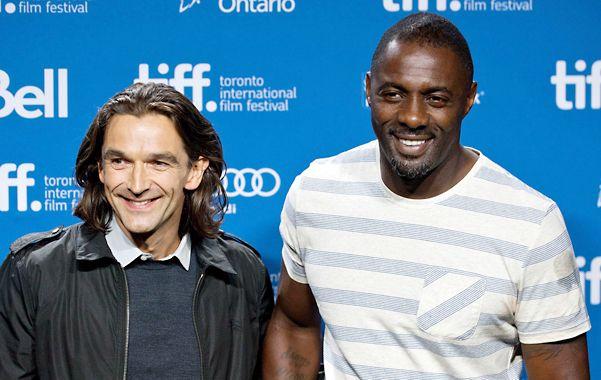 Misión cumplida. El director Justin Chadwick y el actor Idris Elba