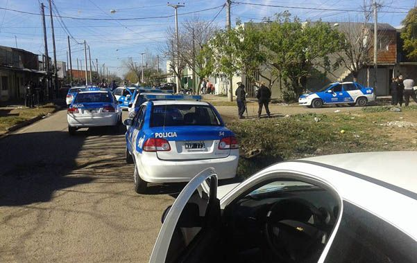 Por todos lados. Los patrulleros invadieron las calles de Ludueña y los policías buscaron al ladrón casa por casa.