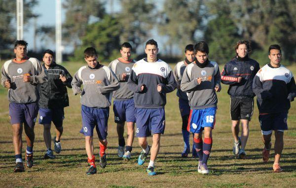 Los jugadores trotaron a las órdenes del profe en busca de mayor capacidad aeróbica. (Foto: A. Celoria)