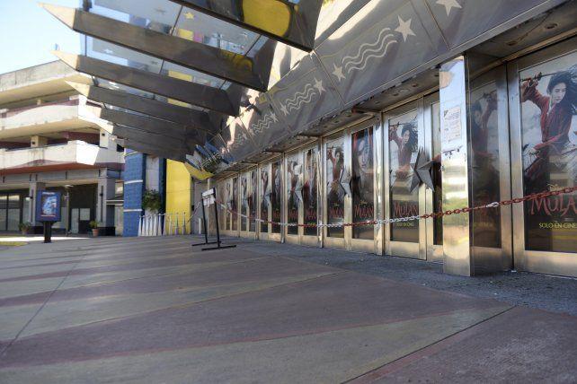 Los dueños de los cines cerrados aguardan con impaciencia la llegada de los espectadores.
