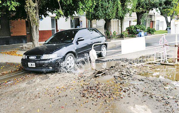 Como en el dakar. Un Audi esquiva el gigante pozo que tiene a maltraer a los vecinos de Riccheri al 2900.