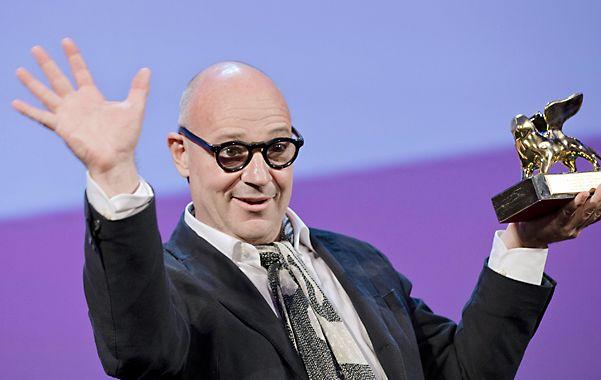 """Gianfranco Rosi celebra el premio alabando la """"valentía"""" del jurado de la muestra."""