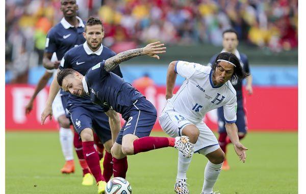 El francés Mathieu Debuchy y el hondureño Roger Espinoza durante el partido en Porto Alegre. (Foto: AP)
