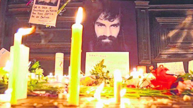 Símbolos. La morgue judicial se transformó en un santuario cuando llevaron el cuerpo de Maldonado.
