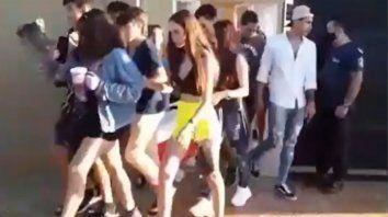 De fiesta. La novia de un joven fue a un baile acompañada, pero de otro muchacho.
